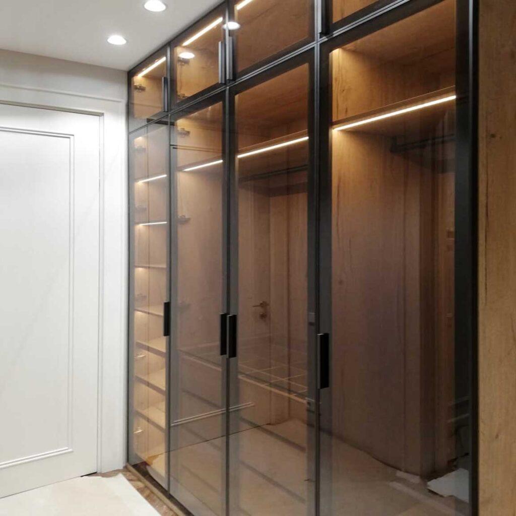 Распашной шкаф со стеклом